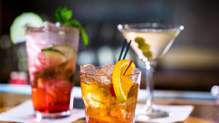 كيف تساعد المشروبات الكحولية على التخلص من التهاب الحلق