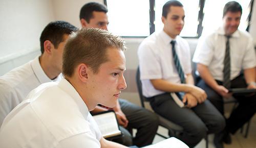 Hombre joven en una clase