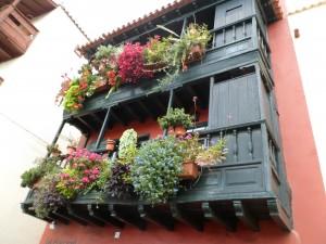 Un petit immeuble typique dans une rue de Santa-Cruz