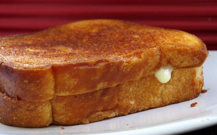 Pan con queso derretido