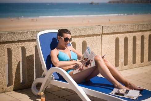 Une transat, un livre, le soleil