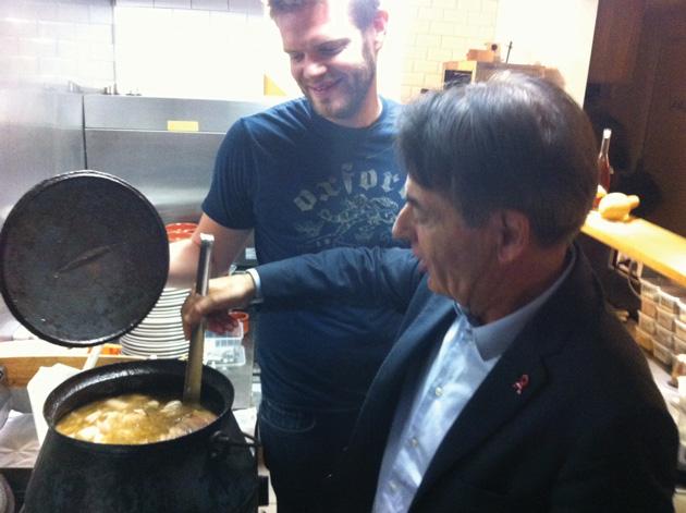 Jean-Paul Alduy (UDI), président de l'Agglo de Perpignan (PMCA), goûtant l'ouillade de Romain Marguerite, dans les cuisines du Via Del Vi, situé face au théâtre de l'Archipel, le soir de la sortie du vin primeur (jeudi 17 octobre 2013).