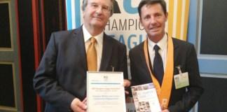 Gilles Foxonet (à droite sur la photo), maire de Baixas, et Dominique Schemla, conseiller municipal délégué de Perpignan, vice-présidents de Perpignan Méditerranée Communauté d'Agglomération (PMCA) en charge de du Développement Durable et des Energies Renouvelables, reçoivent le prix à Kassel (Allemagne) en 2013.
