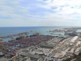 """La société chinoise Hutchison engagera un 2e investissement au Port de Barcelone. La multinationale chinoise Hutchinson Port Holdings, qui a inauguré en septembre 2012 le plus grand site de traitement de marchandises de Méditerranée """"Barcelona Europe South Terminal"""", pour 300 millions euros et une surface de 60 hectares, confirme sa deuxième phase de développement sur le Port de Barcelone. Un investissement de 150 à 175 millions d'euros permettra d'ajouter 40 hectares à cette zone, qui doit contribuer à capter les flux asiatiques empruntant actuellement le Détroit de Gibraltar."""