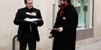 Matthieu SAINTOUL et Francis DASPE à Perpignan en train de faire signer la pétition