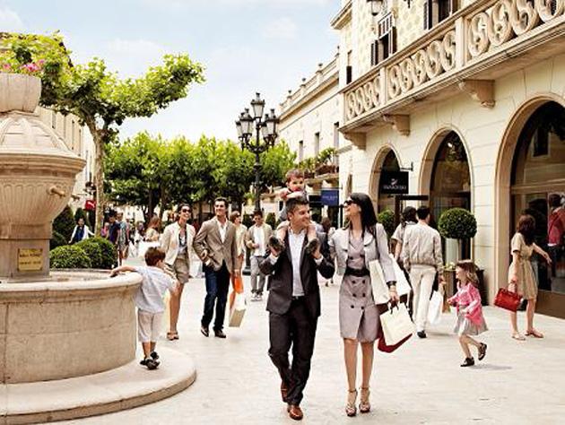 A partir du dimanche 27 avril, le site commercial La Roca Village spécialisé dans la vente de vêtements, situé en bordure de l'autoroute qui irrigue Barcelone, profitera du classement en « ville touristique » de la commune de La Roca del Vallès. Ce statut permet l'ouverture tous les jours de l'année, sans exception. La Roca Village, qui recrute en ce moment quelque 300 salariés, est géré par Value Retail, opérateur britannique qui emploie un millier de personnes. Cet opérateur emploie également environ 900 salariés sur son autre site espagnol, Las Rozas Village, près de Madrid.