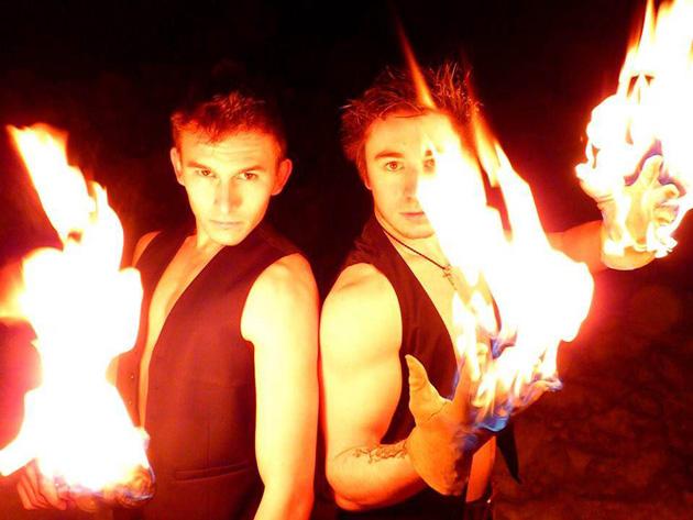 Florian Valera, patineur professionnel, et Jérémy Hocquet, cascadeur professionnel, forment ensemble un duo unique tout feu tout flamme de «fire performers» : The Hikens.
