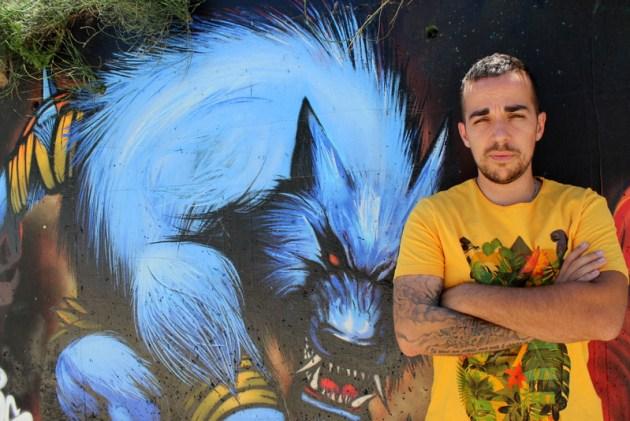 Jean-Loup Broschard alias Diips devant son loup-garou du canal de Pia – Photo © le journal catalan.com
