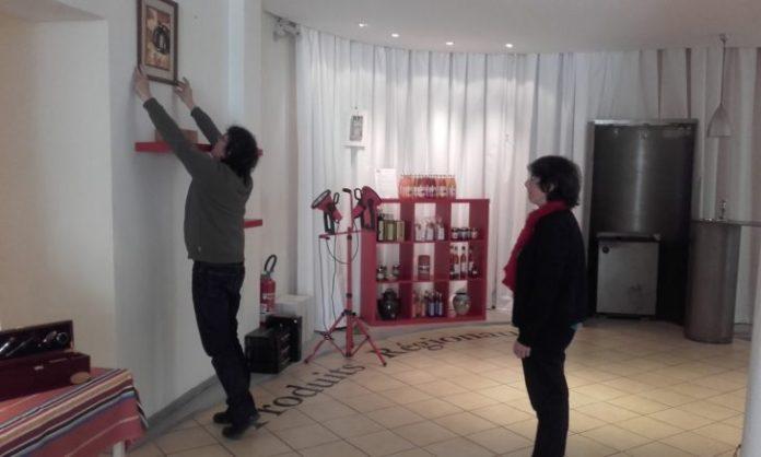 L'artiste et son amoureuse préparent l'exposition