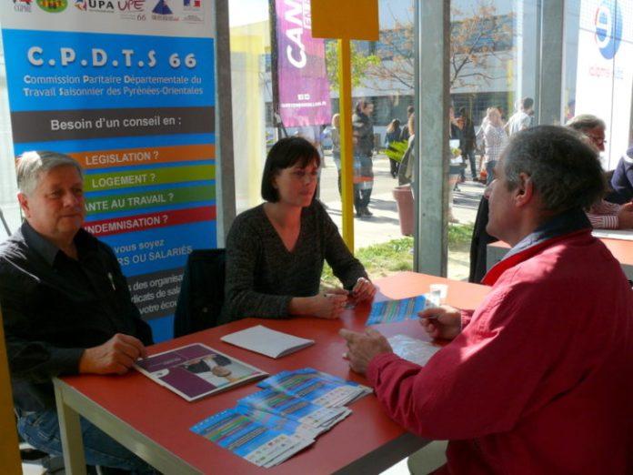 Le stand de la CPDTS 66, tenu par Alice Bayssière et Hervé Oriol