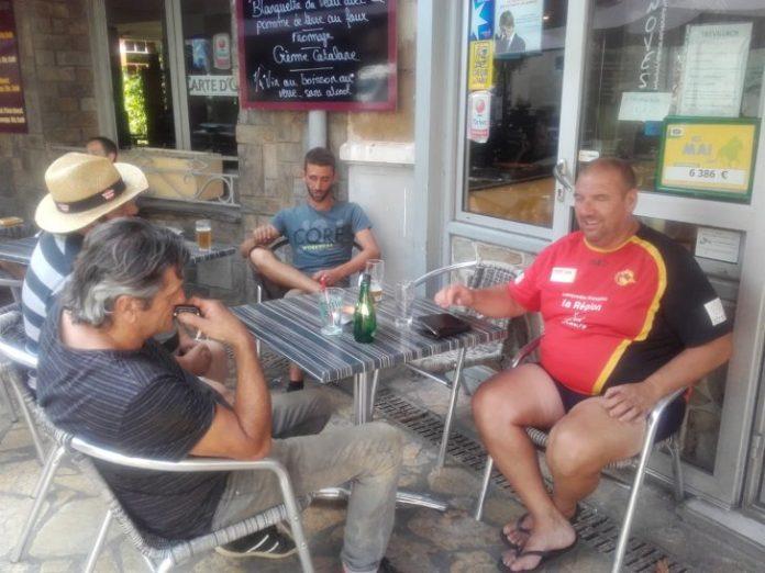 """Un moment de détente avant les vendanges sur la terrasse du """"café du commerce"""" à Estagel"""