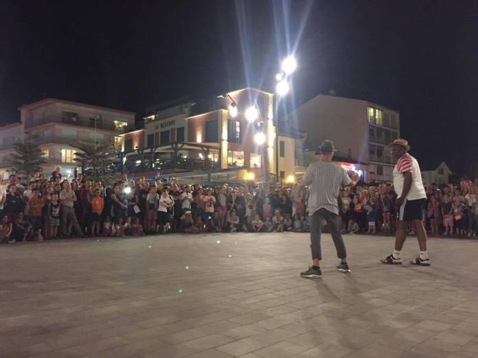 Vacances : Argelès-sur-Mer: une ville anti-jeunes? Après avoir interdit la chicha sur ses plages, rejeté un festival de  musique électronique... la célèbre station balnéaire fait la chasse aux break danseurs!