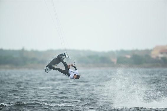 valentin-garat-simpose-en-finale-du-championnat-de-france-de-kitesurf-freestyle