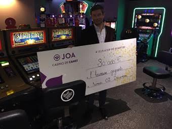 Renaud Carboneill, Directeur du Casino JOA de Canet, devant les deux machines gagnantes