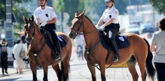 pacifier-lavenue-de-la-gare-avec-une-police-equestre