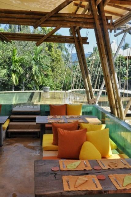 Le restaurant dans la piscine
