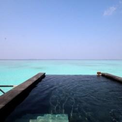 La piscine privée de sa villa, donnant sur l'océan