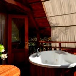 L'un des bungalows avec bain extérieur du lodge