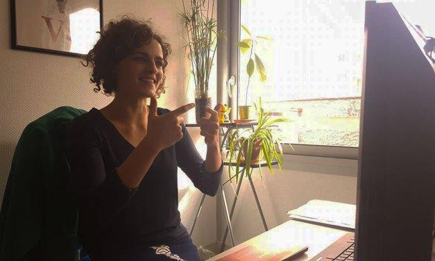 Lucie, interprète, veut redonner la parole aux sourds
