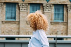 Très peu de coiffeurs sont formés à travailler sur des cheveux frisés/crépus. Crédit : Cortney White de Unsplash.