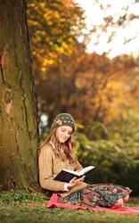 Photo woman reading outside