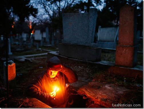 hombre-sin-hogar-vive-en-tumba-abandonada-3
