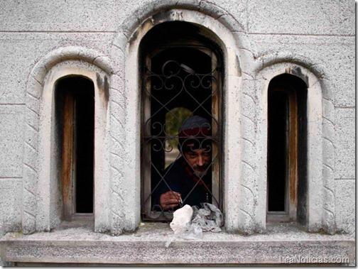 hombre-sin-hogar-vive-en-tumba-abandonada-4