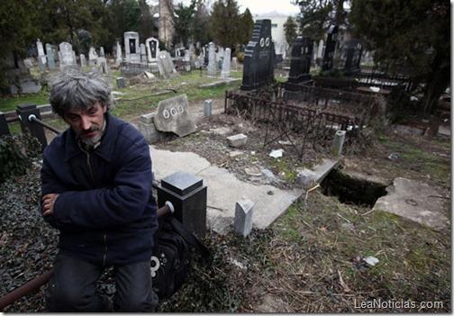 hombre-sin-hogar-vive-en-tumba-abandonada