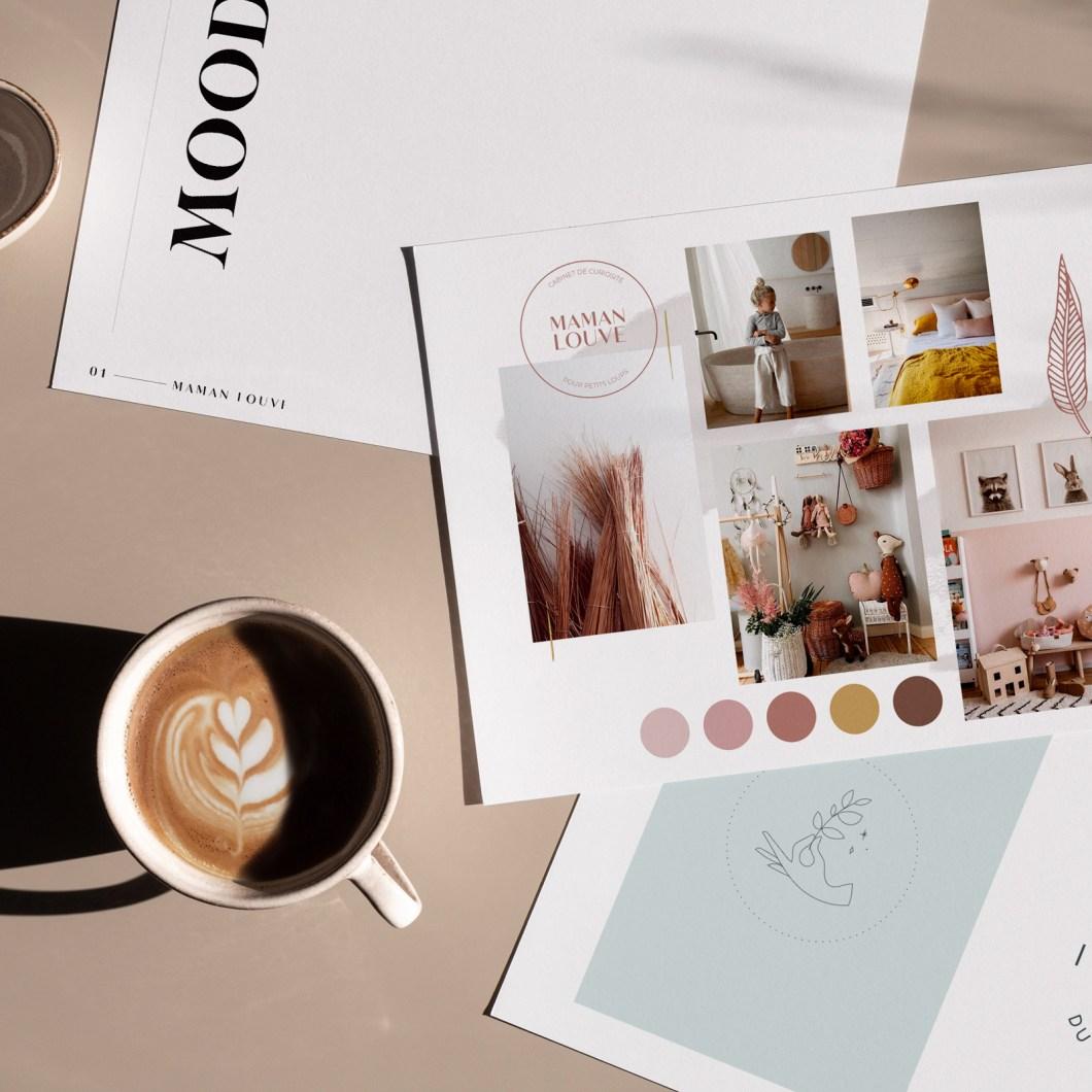 Moodboard et travaux de graphiste print freelance posés sur une table.