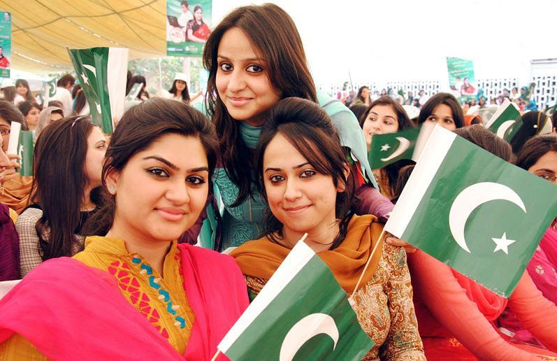 https://i2.wp.com/www.learningall.com/wp-content/uploads/2012/04/University-Girls-of-Pakistan-Nice-Picture-With-Flag-.jpg
