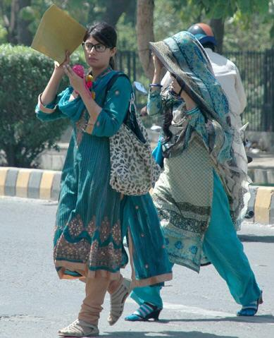 Lahore Girls Escape from Heat Picture