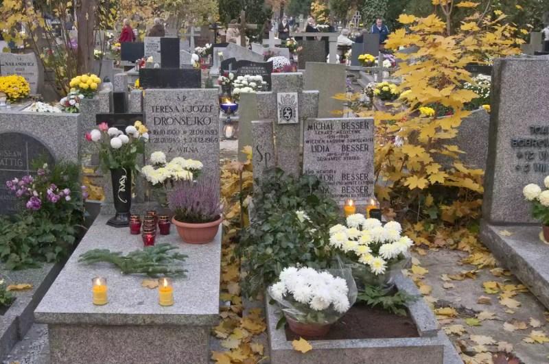 Cimetière avec des fleurs commémoratives
