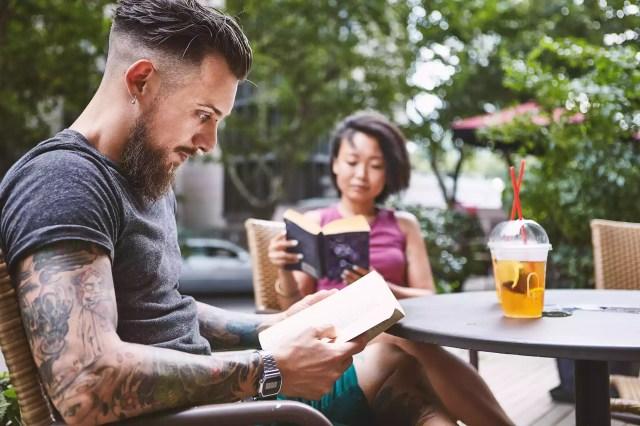 Câteva lectură cărți la cafeneaua trotuarului