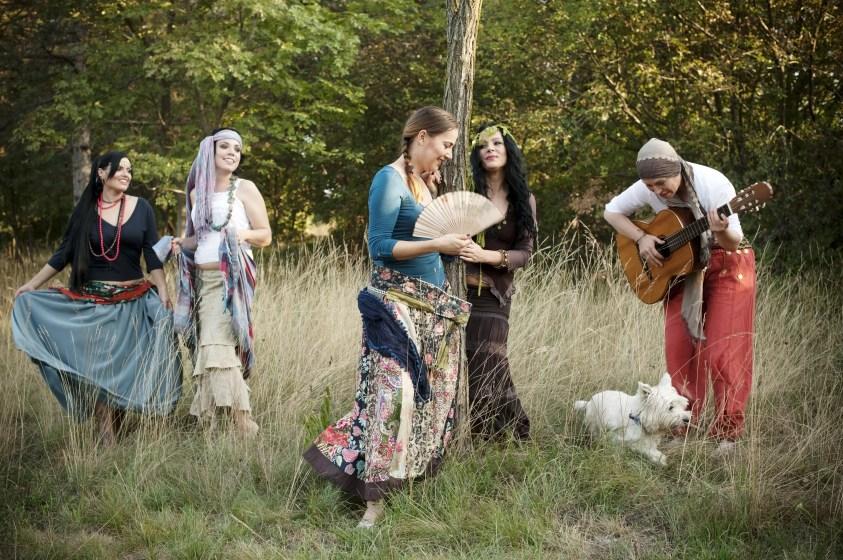Grupul de femei dansatoare