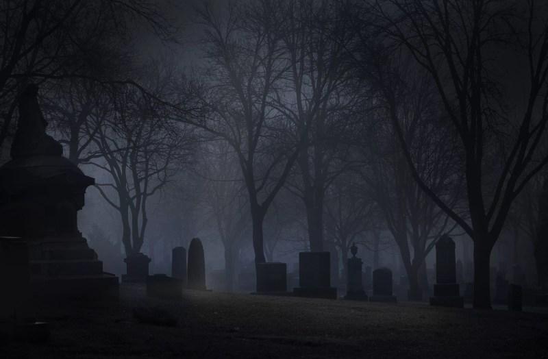 Cimetière Spooky la nuit avec du brouillard