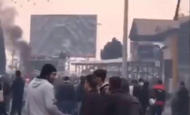 Photo of إحراق مكتب مندوب خامنئي في شيراز الإيرانية (فيديو)