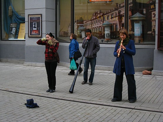 A didgeridoo! in the middle of Moscow! I want one of these, and to learn how to play it.