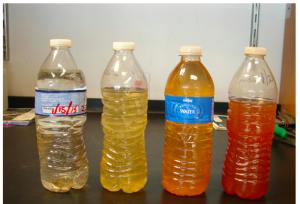 """""""Trink""""-Wasser aus Flint (Q: FlintWaterStudy.org - Proben aus Jan. 2015 (2), Jan. 2016 & Jan. 21, 2015 - v.l.n.r)"""