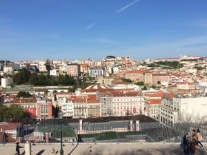 Blick vom Jardim de São Pedro de Alcântara auf die Stadt Lissabon