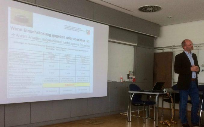 Lars Richters (Umweltministerium) erläutert das Vorgehen bei Kleinanlagen (Foto: Gendries)
