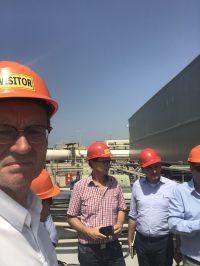 Nir Weidmann (IDE) erklärt den Besuchern die Anlage