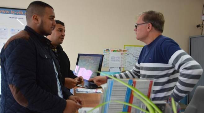 Lakhdar Taoussi et Abdelatif Darouiche à l'agence du Vib' pour récupérer un pass transport urbain leur facilitant l'accès aux bus de la ville.