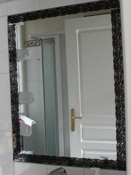 DIY-miroir-encadrement-dentelle-adhésif-decoup