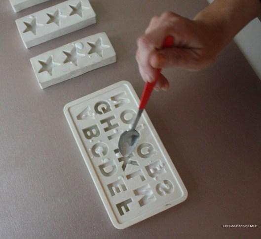 DIY-déco-facile-étoiles-et-lettres-en plâtre-remplissage-moule-lettre
