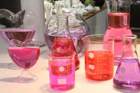 DIY-Saint-Valentin-une-jolie-composition-roses-eau-colorée-couleurs-ensemble