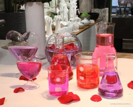 DIY-Saint-Valentin-une-jolie-composition-roses-eau-colorée-et-pétales-roses