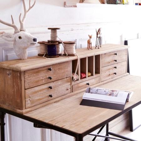 Les-meubles-en-bois-brut-dans-la-déco-Table-basse-metal-orme-Lancelot-Tikamoon-detail