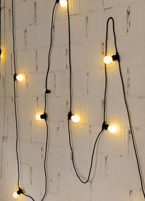 Eclairer-la-terrasse-le-soir-avec-des-luminaires-déco-guirlande-mur