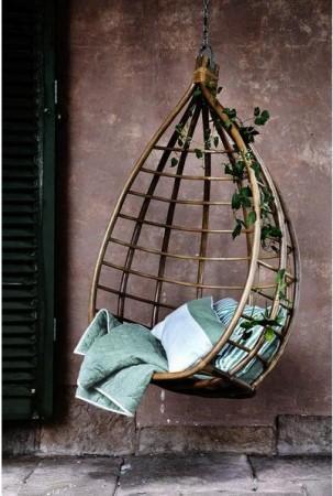 La-plus-jolie-des-terrasses-déco-a-un-fauteuil-en-osier-suspendu-egglot