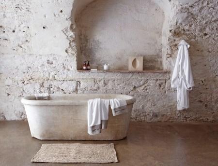 lin-céramique-blanc-maison-teintes-naturelles-baignoire-pierre